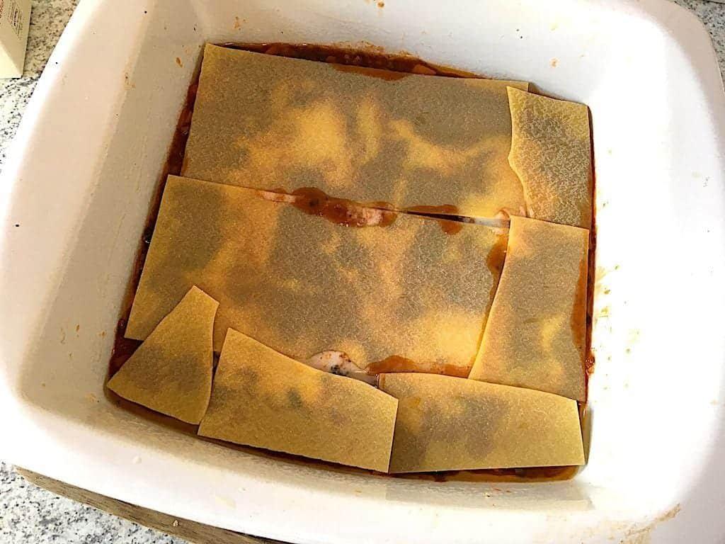 første lag pastaplader i lasagne