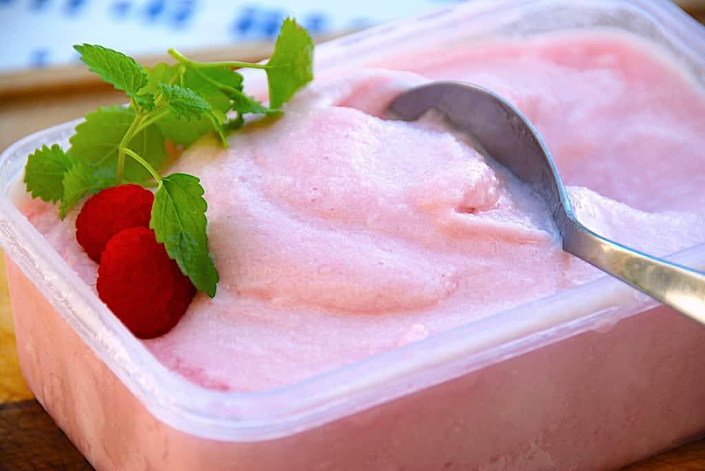 Nem og cremet hindbærsorbet af hindbærsaft