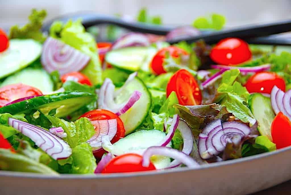 Sprød sommersalat med tomat, agurk og dressing