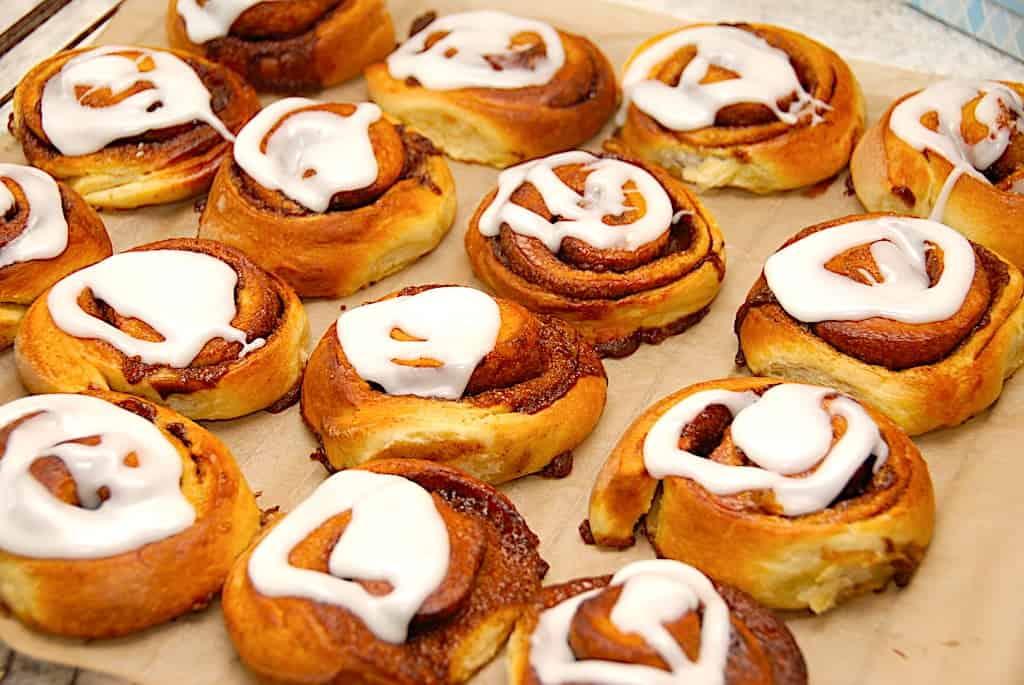 Lækre og hjemmebagte kanelsengle med lækkert fyld af den bedste kanelremonce. Sneglene er nemmet at bage, og de pyntes med glasur. Foto: Holger Rørby Madsen, Madensverden.dk.