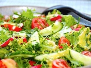 Frillice salat med radiser, tomater og agurk