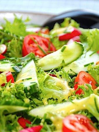 Frillice salat med radiser og sennepsdressing