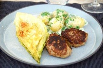 Grillede frikadeller med persillesovs og nye kartofler