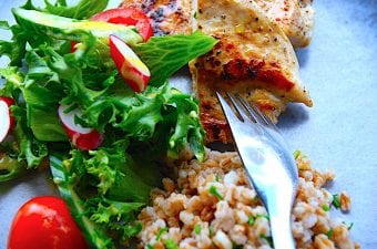 Kylling med perlespelt og sprød salat