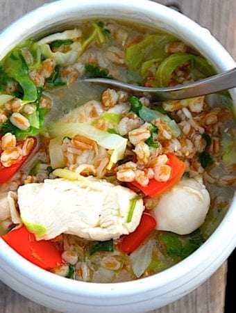 Kylling i bouillon med spidskål og hvedekerner