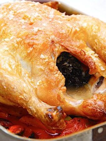 Hel kylling i ovn på bund af rodfrugter