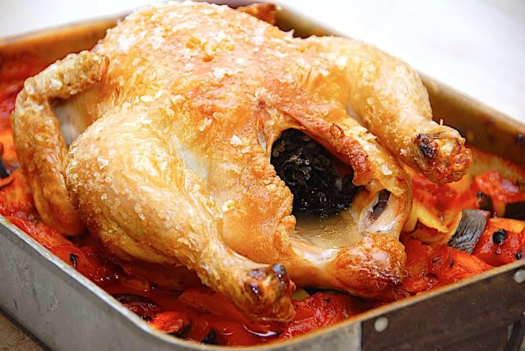 Hel kylling i ovn på bund af rodfrugter | Madens Verden