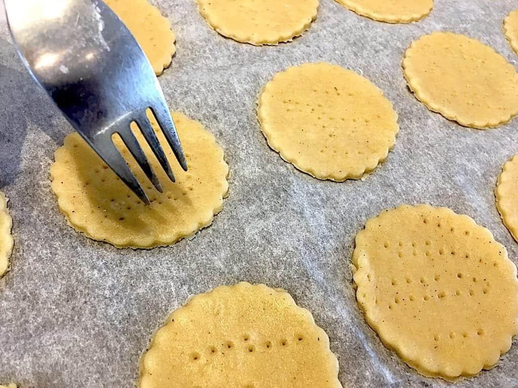billede med kiks der prikkes med gaffel