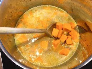 billede med kogning af græskarsuppe