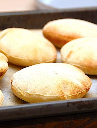 Pitabrød opskrift – nemme, luftige og langtidshævede pitabrød