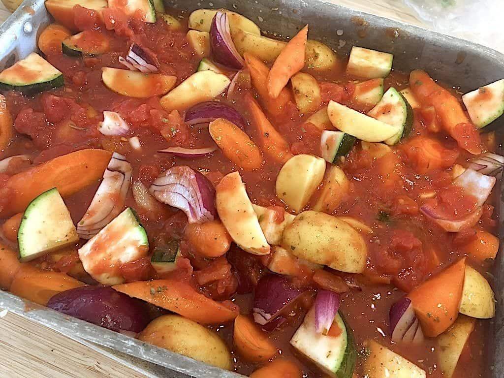 billede med rodfrugter i fad til hel kylling i ovn