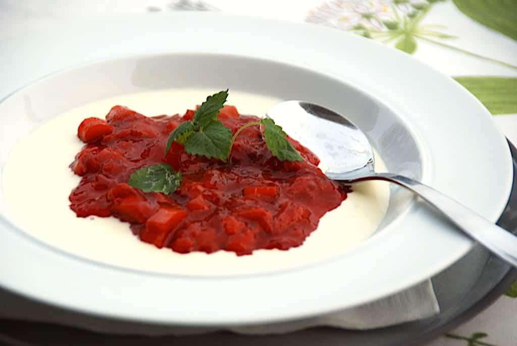 Opskrift på rødgrød med fløde – Danmarks nationaldessert