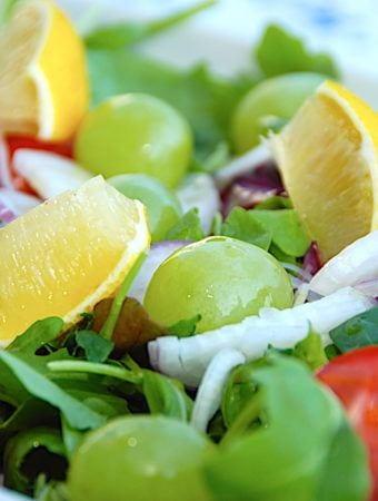 Lækker salat med vindruer, tomater og rødløg