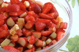 jordbær og rabarber til rødgrød