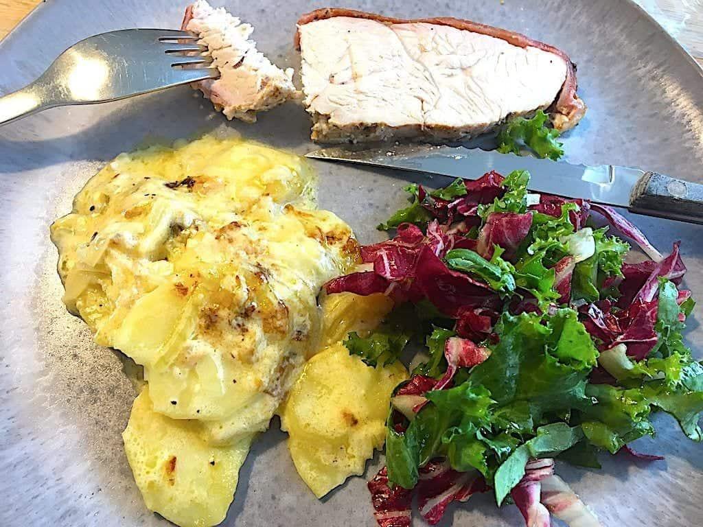 kalkunbryst med flødekartofler på tallerken