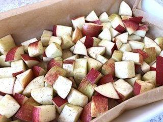 billede med æbler i fad til æblecrumble