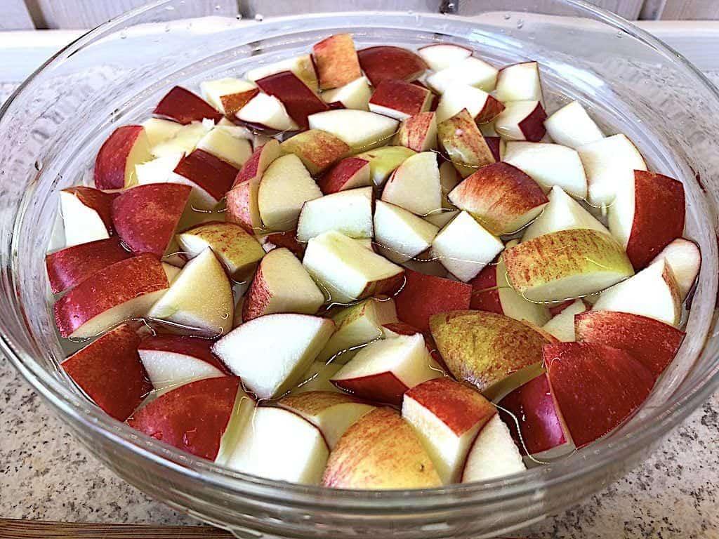 billede med æbler i vand til æblecrumble