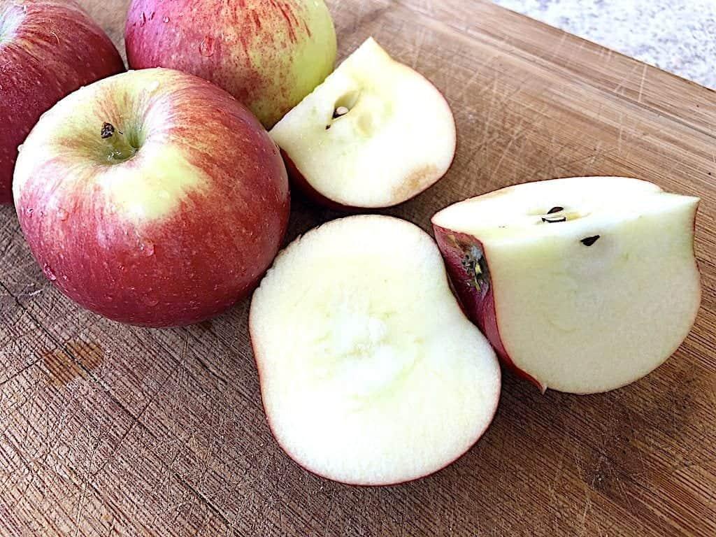billede med æbler til æblecrumble