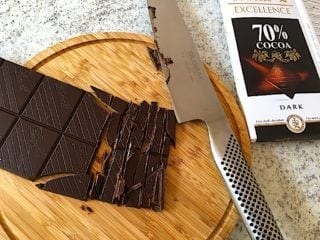 billede med chokokolade til cookies med havregryn