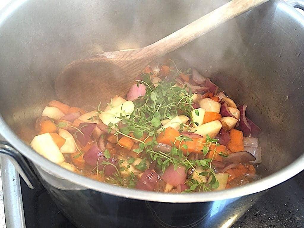 billede med grøntsager i gryde til svinekæber