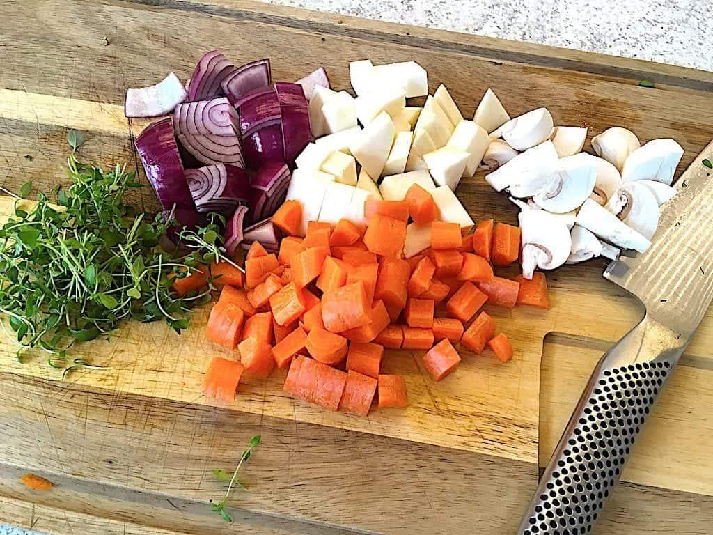 billede med grøntsager til svinekæber i gryde