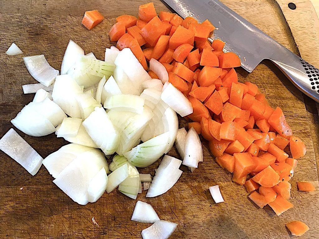billede med gulerødder og løg til grydestegt revelsben