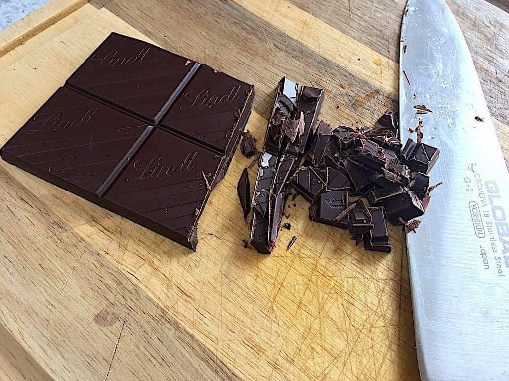 billede med hakning af mørk chokolade til pærekage