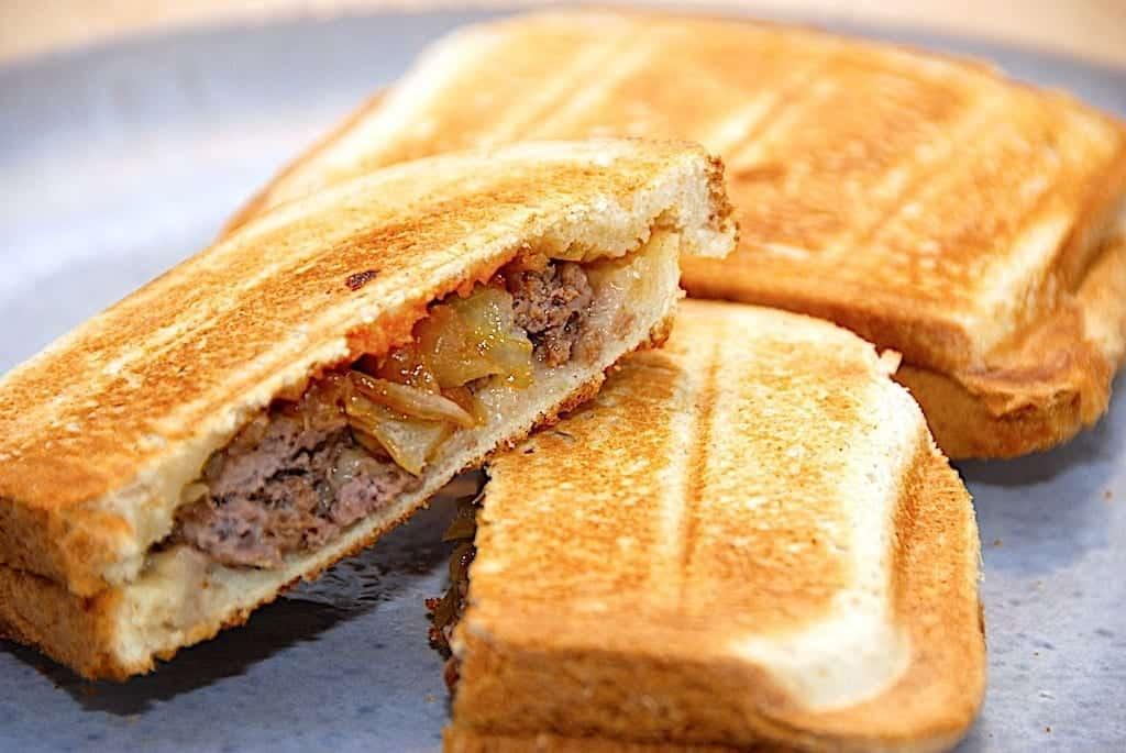 Cowboytoast - opskrift på nem toast med oksekød og løg