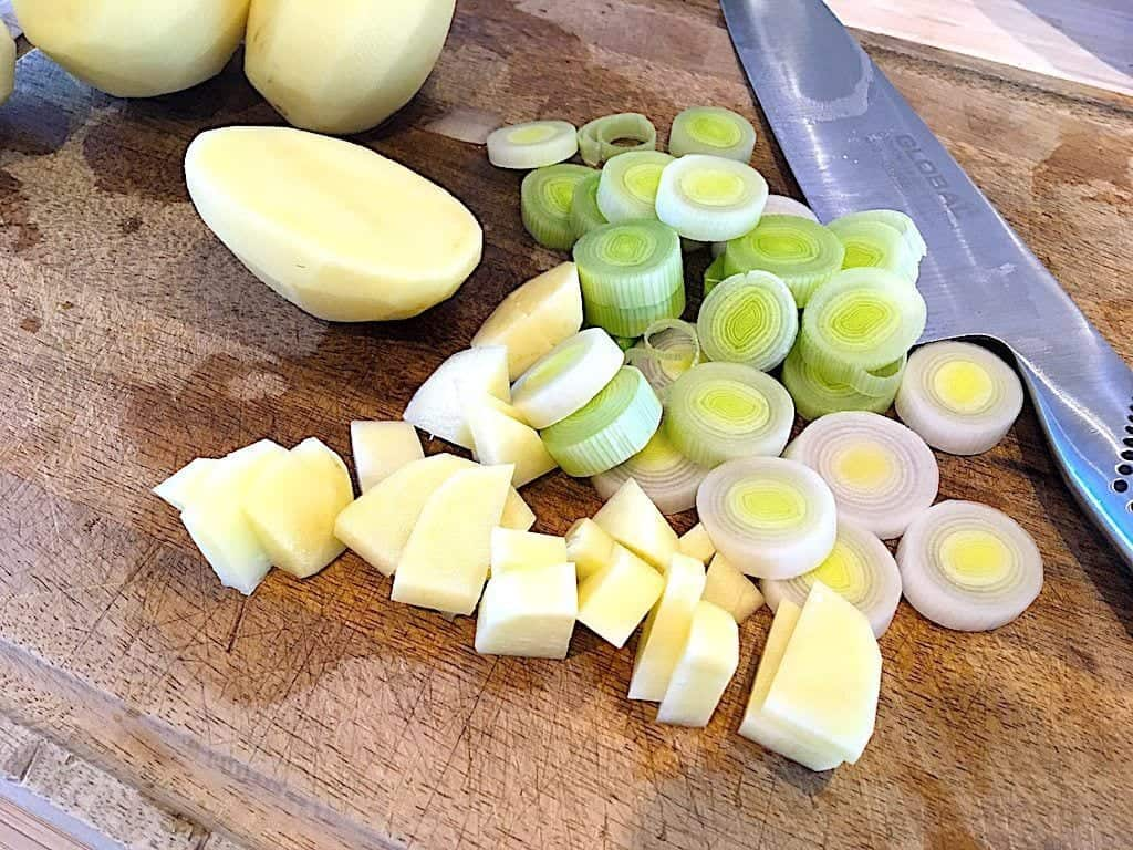 billede med kartofler og porrer til kartoffelsuppe