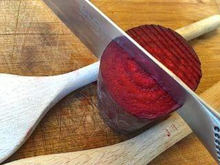 billede med kniv i hasselback rødbeder