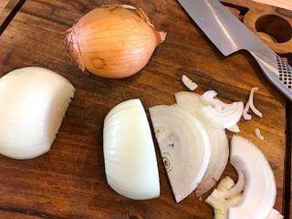 billede med løg til hakkebøf med bløde løg