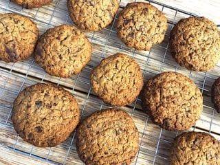 billede med nybagte cookies med havregryn og chokolade