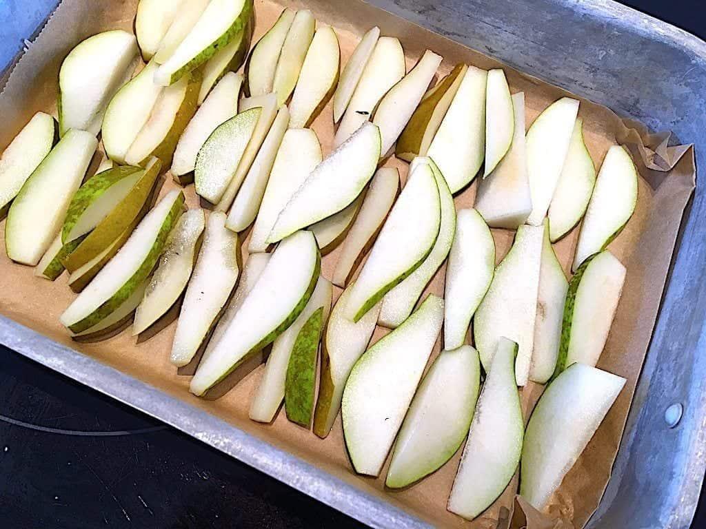 billede med pærer i fad til pærecrumble