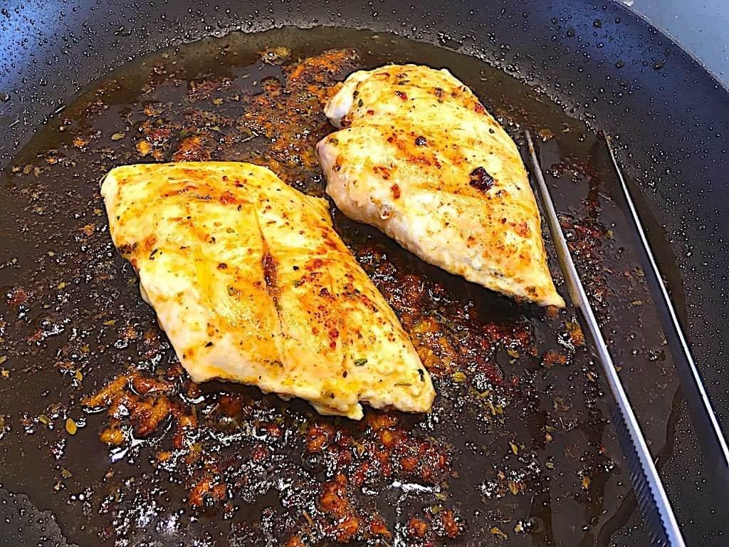 billede med pandestegt kyllingebryst til salat med kylling