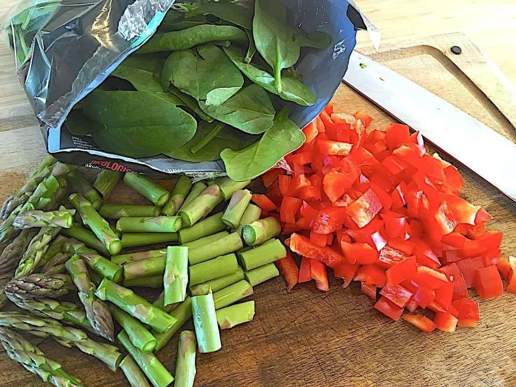 billede med spinat, peberfrugt og grønne asparges til salat med kylling