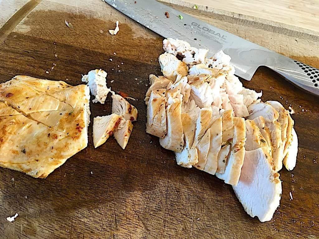 billede med udskæring af kylligebryst til salat med kylling