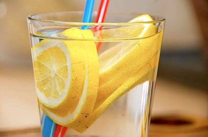 billede med vand med citron i glas