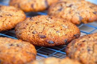Nemme cookies med havregryn og chokolade