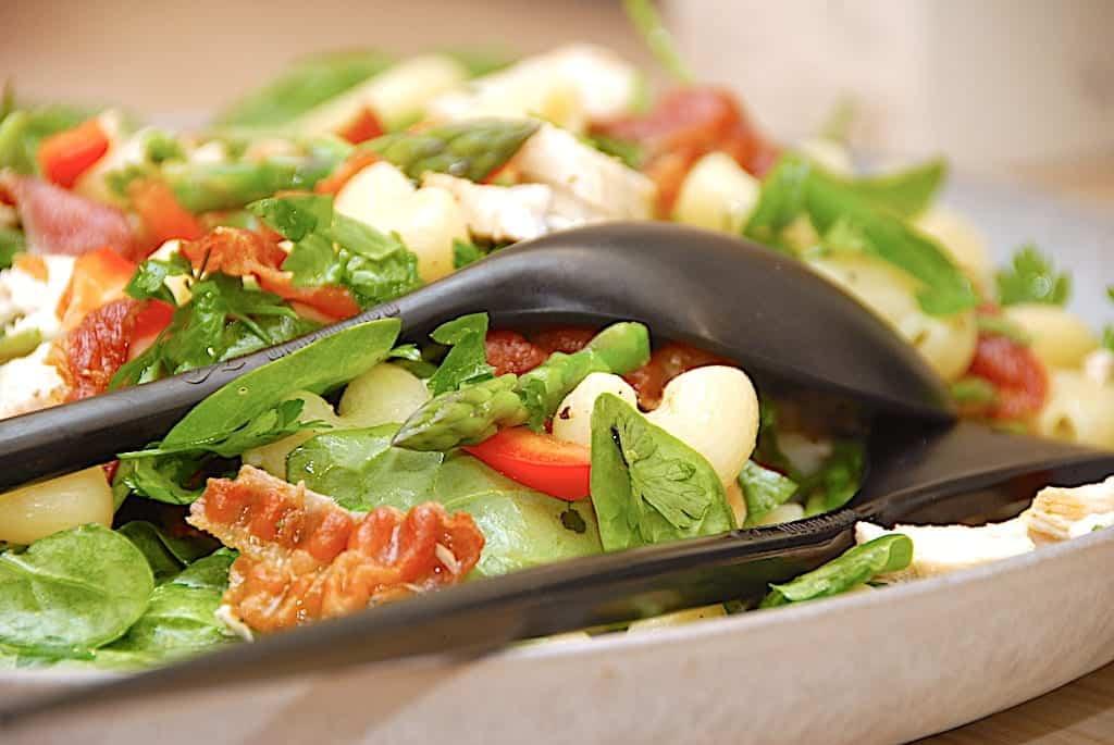 Salat med kylling, spinat og bacondressing