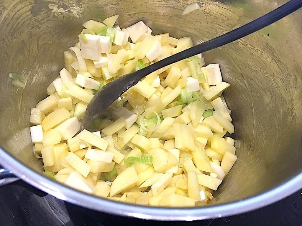 billeder med grøntsager i gryde til kartoffelsuppe