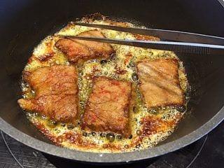 billede med bankekød der brunes i smør