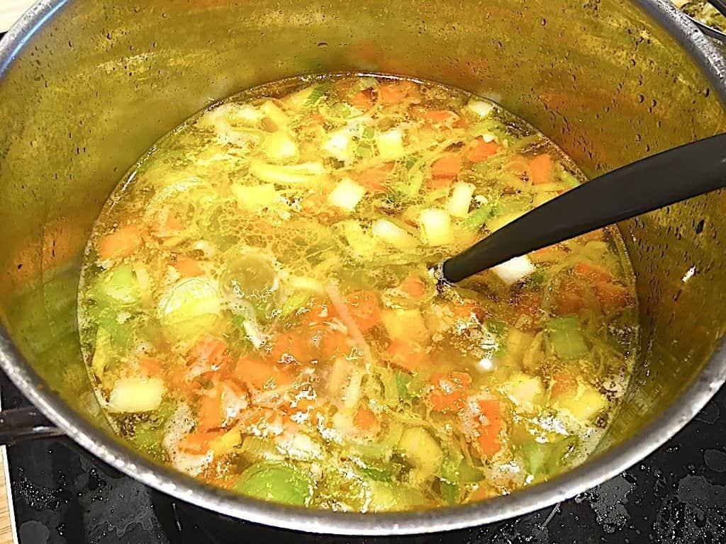 billede med færdig hønsekødssuppe med fyld