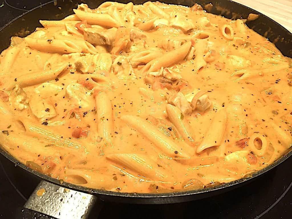 billede med færdig kyllingepande med pasta