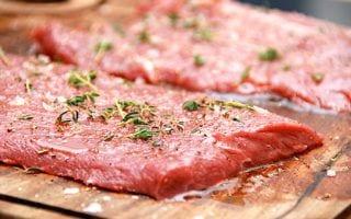 billede med flat iron steak på skærebræt