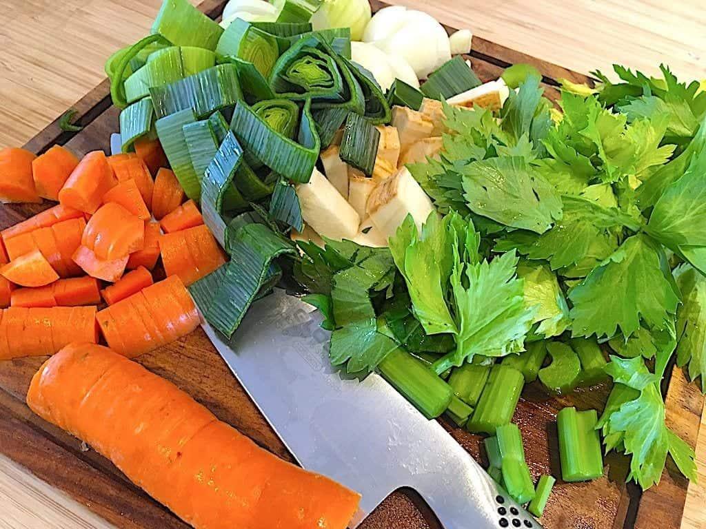 billede med grøntsager og urter til hønsekødssuppe