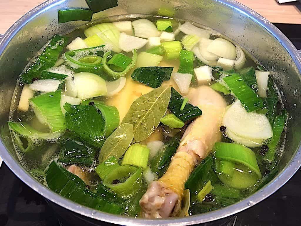 billede med gryde med kogning af hønsekødssuppe