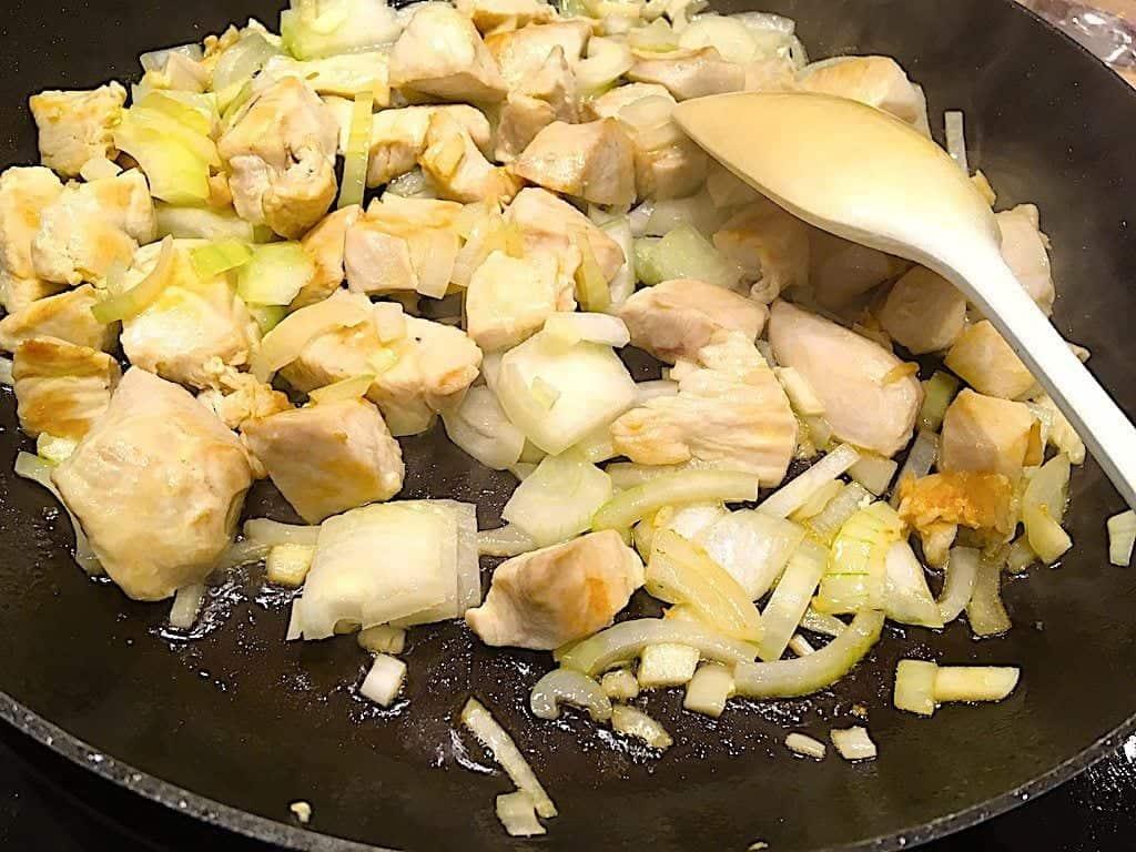 billede med kyllingefilet i tern og løg til kyllingepande