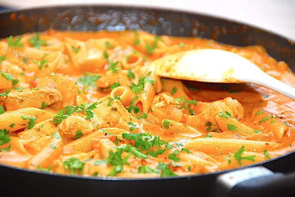 Nem kyllingepande med pasta og tomat på 25 minutter