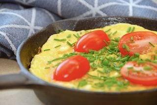 billede med omelet eller æggekage