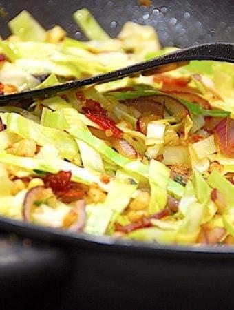 Sauteret spidskål med bacon, rødløg og majs